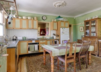 fully equipped kitchen / dishwasher / microwave / oven / fridge / cooking pots and utensils
